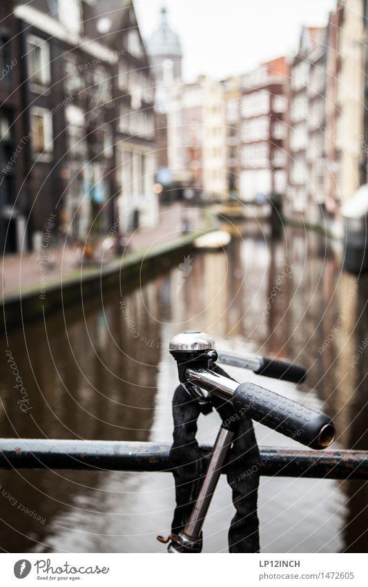 BEATRIX. I Ferien & Urlaub & Reisen Tourismus Fahrradfahren Amsterdam Niederlande Europa Hauptstadt Altstadt Haus Brücke Gebäude Wasser frei retro parken