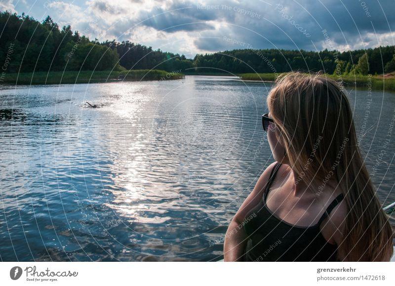 Seeblick Mensch feminin Frau Erwachsene 1 18-30 Jahre Jugendliche Wolken Küste Seeufer überbevölkert Trägershirt Sonnenbrille Wasser beobachten Blick weitläufig