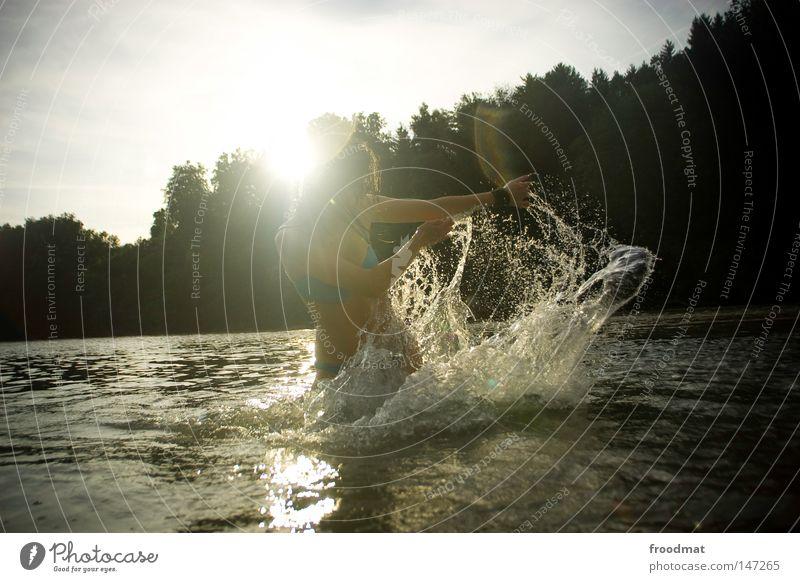 spritzwasser Frau Himmel blau Wasser schön rot Sonne Sommer Freude Wolken Wald Haare & Frisuren Stil Linie Schwimmen & Baden Rücken