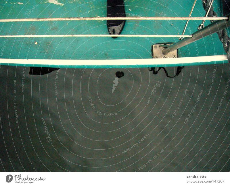 An Bord Wasserfahrzeug See Wolken Reling Schuhe Lackschuhe Frau Strumpfhose Strümpfe grün trist Sonntag Herbst Fluss Bach Schifffahrt bord bewolkt Fuß