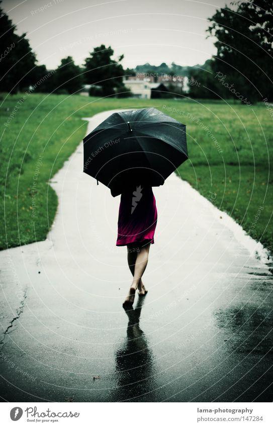 Ain't no sunshine... Frau Sommer Farbe Herbst feminin Wiese kalt Freiheit Bewegung Wege & Pfade Traurigkeit Beine Regen Fuß Wetter Feld