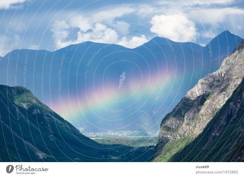 Landschaft mit Berge und Regenbogen in Norwegen Erholung Ferien & Urlaub & Reisen Berge u. Gebirge Natur Wolken Felsen Stein Idylle ruhig Tourismus Tal