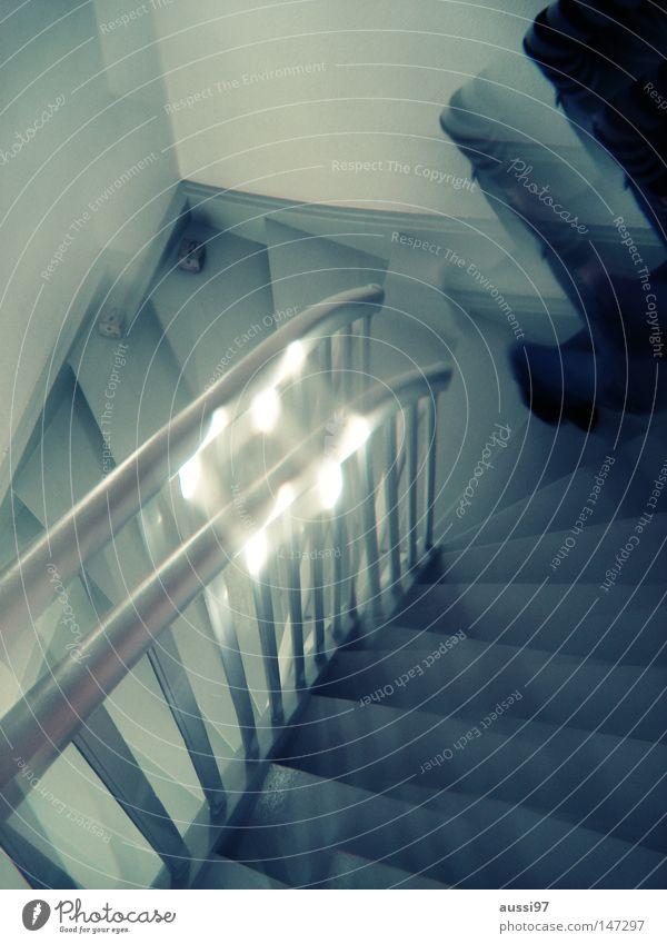 Upstairs Haus gehen Häusliches Leben Treppe Angst Treppengeländer unten Geister u. Gespenster aufwärts Doppelbelichtung Surrealismus abwärts Flur seltsam Panik
