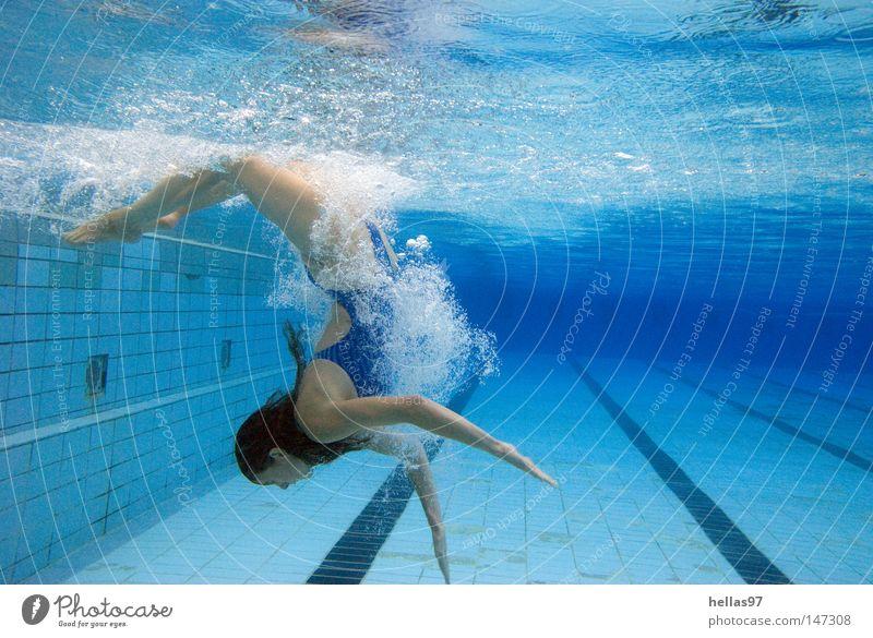 Into the blue Frau Wasser Sport Spielen nass Schwimmbad Luftblase Rolle Badeanzug Beckenrand