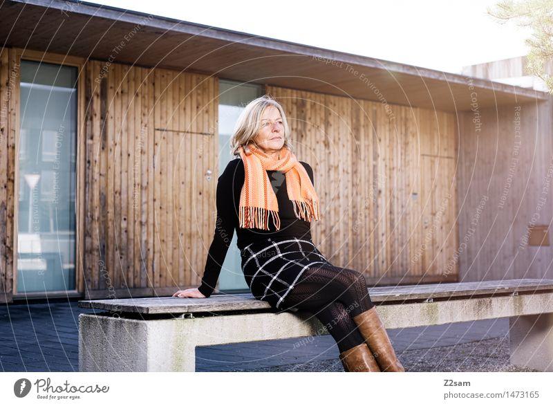 Was bringt die Zukunft Lifestyle elegant Stil feminin Junge Frau Jugendliche 45-60 Jahre Erwachsene Winter Schönes Wetter Stadt Mode Rock Pullover Schal Stiefel