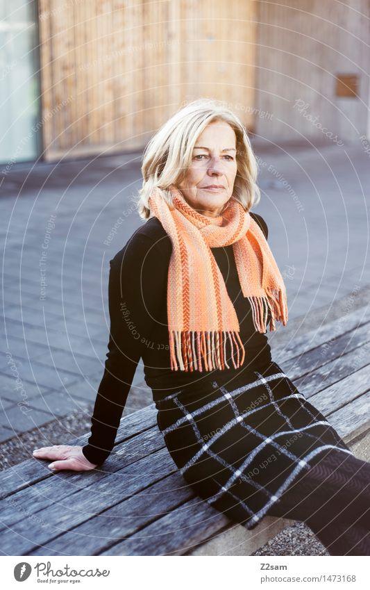 Traudl elegant Stil schön feminin Junge Frau Jugendliche 45-60 Jahre Erwachsene Stadtzentrum Mode Kleid Schal blond alt Denken Erholung genießen sitzen