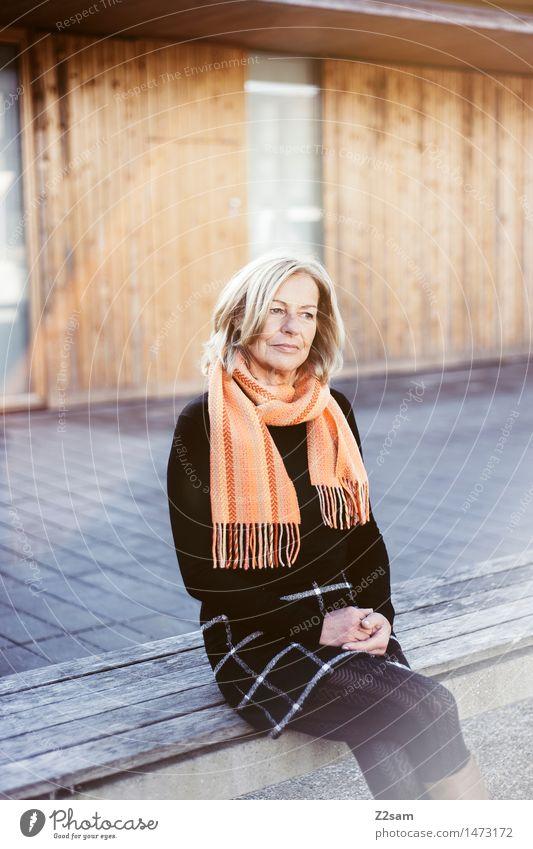 Sonnenbad elegant Stil feminin Weiblicher Senior Frau 1 Mensch 45-60 Jahre Erwachsene Rock Strumpfhose Schal Stiefel blond genießen sitzen träumen warten