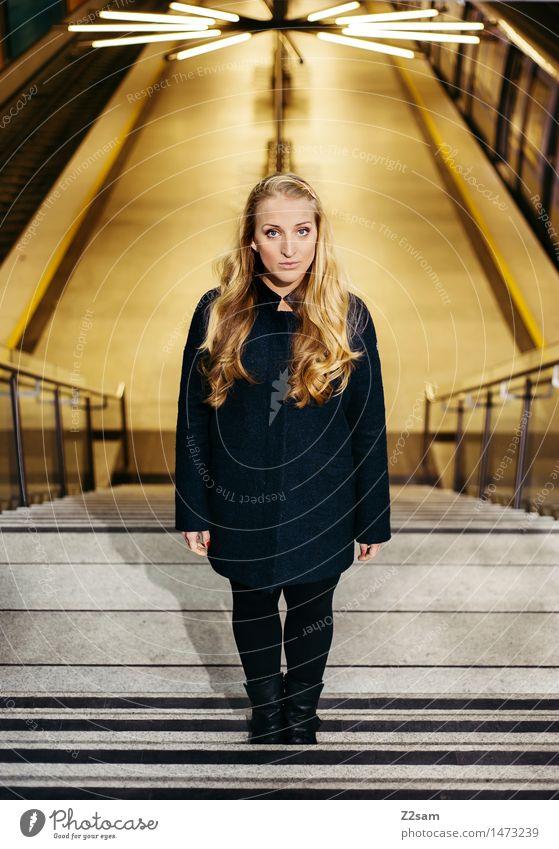 Underground Lifestyle elegant Stil feminin Junge Frau Jugendliche 18-30 Jahre Erwachsene Stadt Bahnhof Gebäude Mode Mantel Leggings Stiefel blond langhaarig