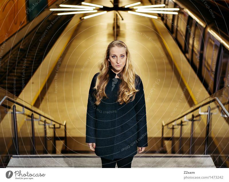Mittendrin statt nur dabei Lifestyle elegant Stil feminin Junge Frau Jugendliche 18-30 Jahre Erwachsene Stadt U-Bahn Mode Mantel Leggings blond langhaarig Blick