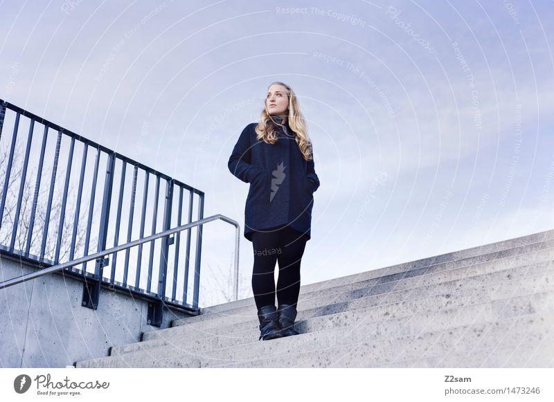 Was bringt das Jahr? elegant Stil feminin Junge Frau Jugendliche 18-30 Jahre Erwachsene Stadt Architektur Treppe Mode Mantel Stiefel blond langhaarig Denken