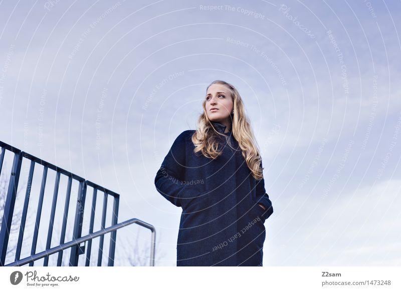 Skeptikerin feminin Junge Frau Jugendliche 1 Mensch 18-30 Jahre Erwachsene Mantel blond langhaarig Denken stehen träumen warten schön modern natürlich blau
