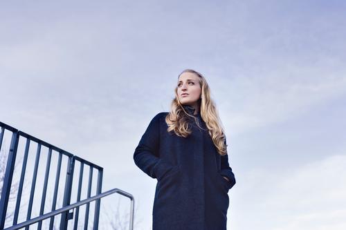 Skeptikerin Mensch Himmel Jugendliche blau schön Junge Frau Einsamkeit Ferne 18-30 Jahre kalt Erwachsene natürlich feminin Stil Denken Zeit