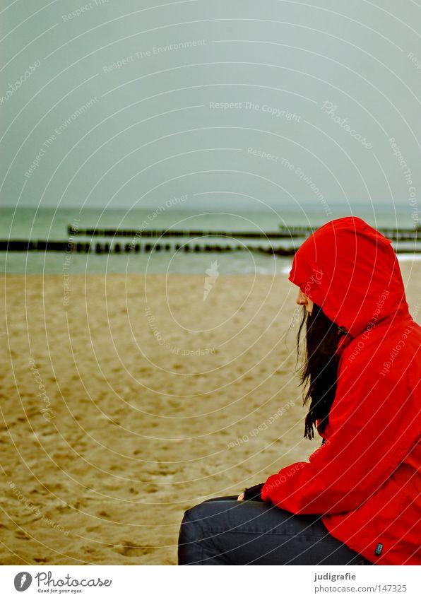 Rot am Strand Mensch Frau rot Regenjacke Herbst Sand Küste Meer Ferien & Urlaub & Reisen Erholung kalt Einsamkeit Denken Haare & Frisuren Schal Wetter Farbe