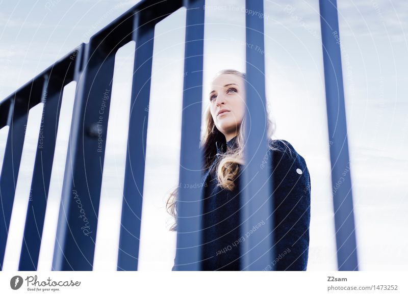Grenzgängerin feminin Junge Frau Jugendliche 1 Mensch 18-30 Jahre Erwachsene Himmel Mantel blond langhaarig beobachten Blick warten authentisch Ferne schön kalt
