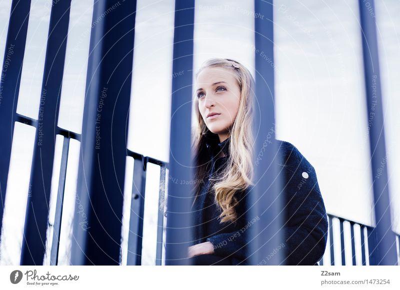 Con-cen-tra-tion now begins! feminin Junge Frau Jugendliche 1 Mensch 18-30 Jahre Erwachsene Geländer Treppengeländer Mantel blond langhaarig warten elegant
