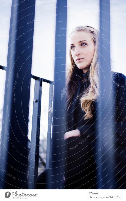 Der Panther Mensch Jugendliche blau schön Junge Frau Einsamkeit ruhig Ferne 18-30 Jahre Erwachsene Herbst natürlich feminin Denken modern trist