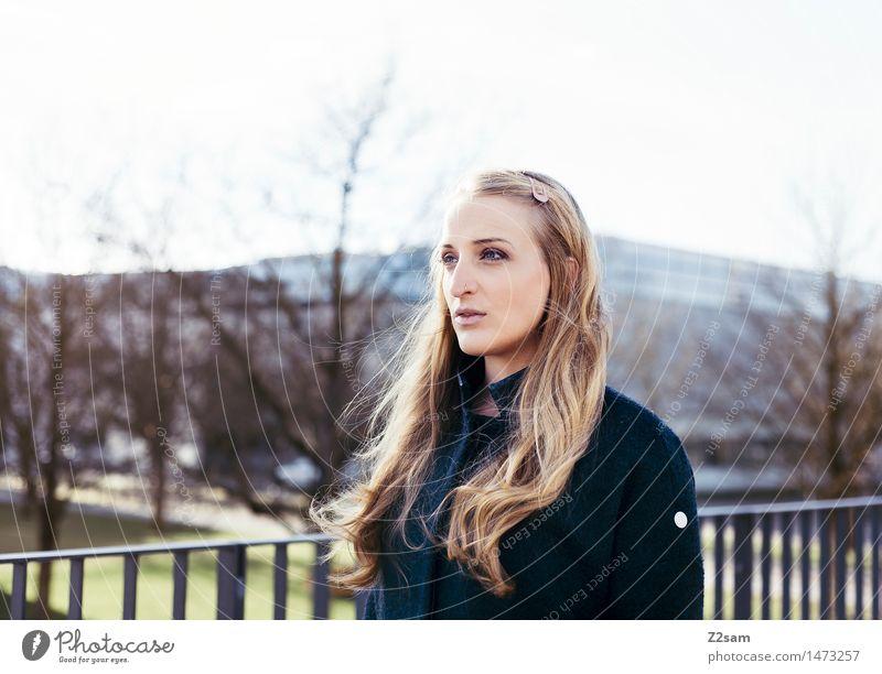 Vom Winde.... Lifestyle elegant Stil feminin Junge Frau Jugendliche 30-45 Jahre Erwachsene Herbst Winter Schönes Wetter Stadt Mode Mantel blond langhaarig