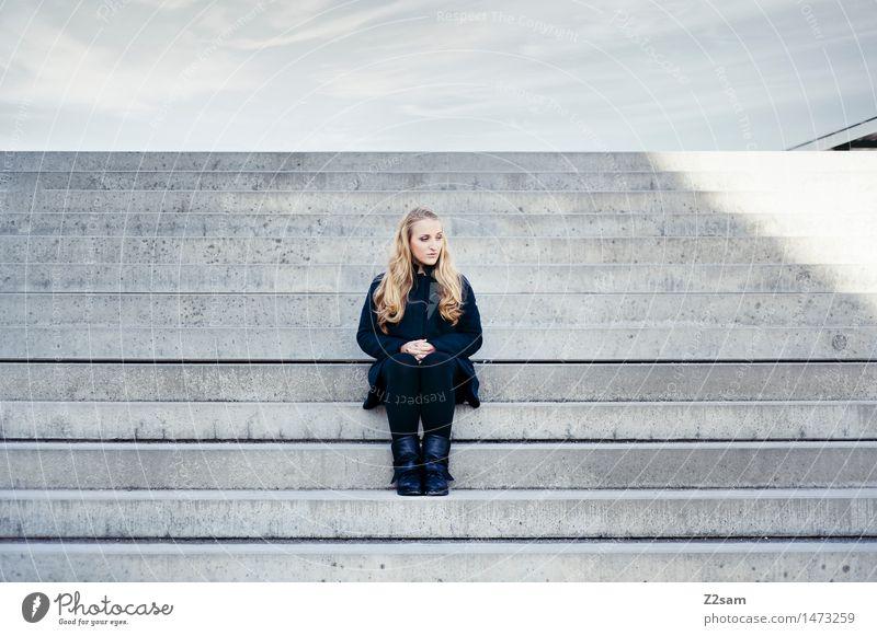 Denkpause feminin Junge Frau Jugendliche 1 Mensch 18-30 Jahre Erwachsene Treppe Mantel Stiefel blond langhaarig Denken sitzen träumen authentisch elegant modern