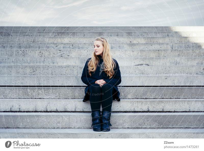 Mädchen halt elegant Stil feminin Junge Frau Jugendliche 18-30 Jahre Erwachsene Stadt Mode Mantel Leggings Stiefel blond langhaarig Denken Erholung sitzen
