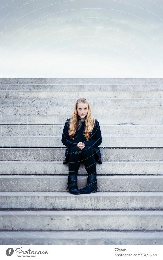 L. Lifestyle elegant Stil schön feminin Junge Frau Jugendliche 18-30 Jahre Erwachsene Stadt Stadtzentrum Bauwerk Treppe Mode Mantel Stiefel blond langhaarig