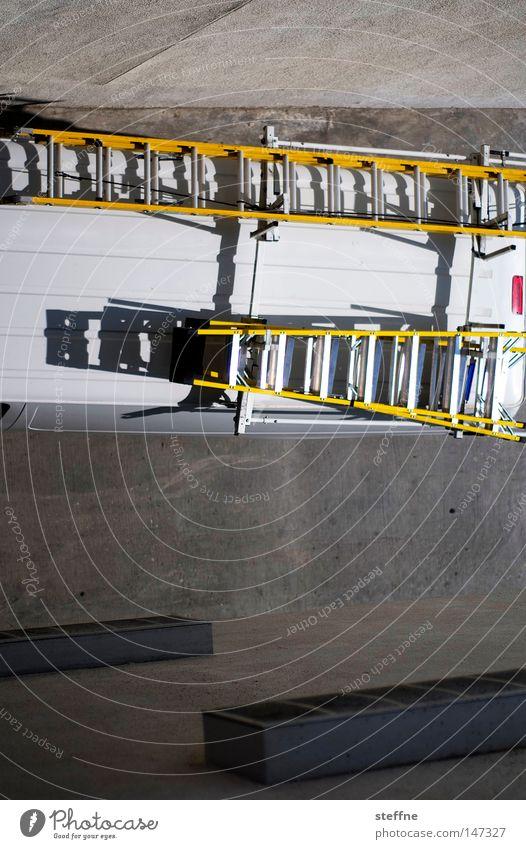 Leiterwagen KFZ Lüftung Feuerwehrauto Monteur Reparatur Handwerker Einsatz Schatten Vogelperspektive Dienstleistungsgewerbe PKW