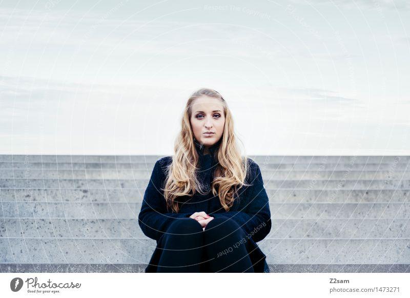 L Lifestyle elegant Stil feminin Junge Frau Jugendliche 30-45 Jahre Erwachsene Stadt Treppe Mode Mantel Leggings Piercing Stiefel blond langhaarig Blick sitzen