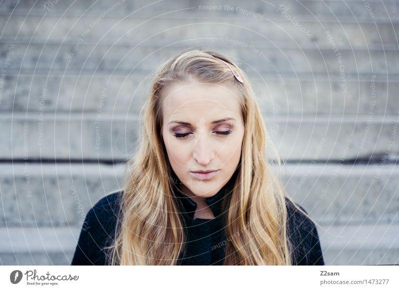 Auszeit Lifestyle elegant Stil schön feminin Junge Frau Jugendliche 18-30 Jahre Erwachsene Stadtrand Treppe Mantel Piercing blond langhaarig Denken Erholung