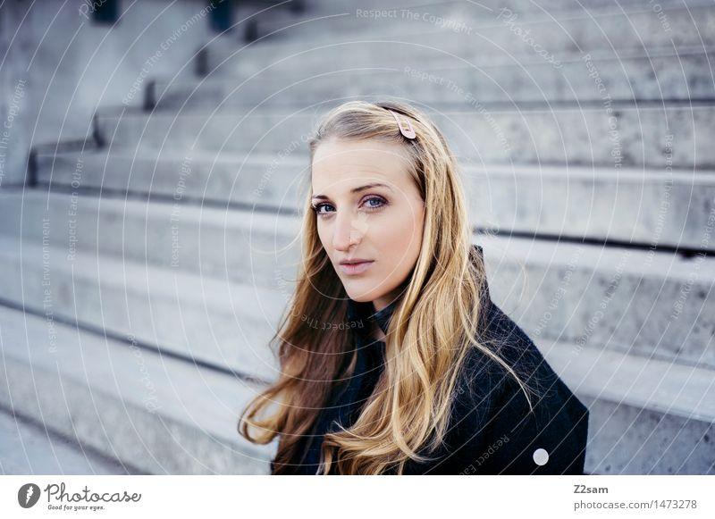 L ganz ehrlich Jugendliche Stadt schön Junge Frau Haus 18-30 Jahre Erwachsene natürlich feminin Mode träumen Treppe elegant blond authentisch sitzen