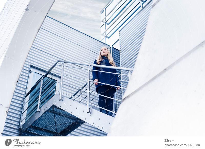 back to the future feminin Junge Frau Jugendliche 1 Mensch 18-30 Jahre Erwachsene Bauwerk Gebäude Architektur Treppe Wellblechwand Treppengeländer Mantel blond