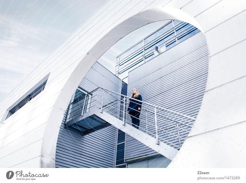 Gute Aussichten Lifestyle elegant Stil feminin Junge Frau Jugendliche 18-30 Jahre Erwachsene Stadt Haus Architektur Treppe Mode Mantel blond langhaarig stehen