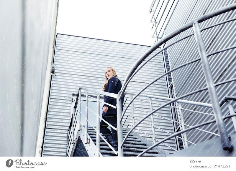 step by step Mensch Jugendliche schön 18-30 Jahre Erwachsene Architektur natürlich feminin grau gehen oben Treppe elegant Kraft modern blond