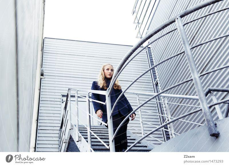 Wellblech feminin Junge Frau Jugendliche 1 Mensch 18-30 Jahre Erwachsene Treppe Treppengeländer Wellblechwand Mantel blond langhaarig beobachten Blick stehen
