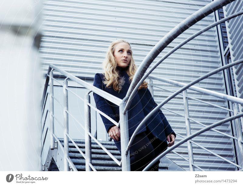 Gefunden auf Zweisam Lifestyle elegant Stil feminin Junge Frau Jugendliche 18-30 Jahre Erwachsene Stadt Architektur Mode Mantel Stiefel blond langhaarig stehen