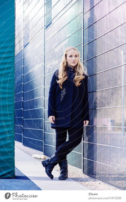 In the Getto Jugendliche Stadt blau schön Junge Frau Winter 18-30 Jahre kalt Erwachsene natürlich Stil feminin Lifestyle Mode elegant blond