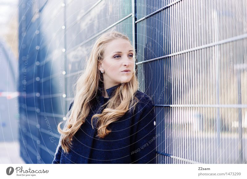 Vom Winde .... Jugendliche Stadt blau schön Junge Frau ruhig 18-30 Jahre kalt Erwachsene natürlich feminin Stil Mode träumen frisch elegant