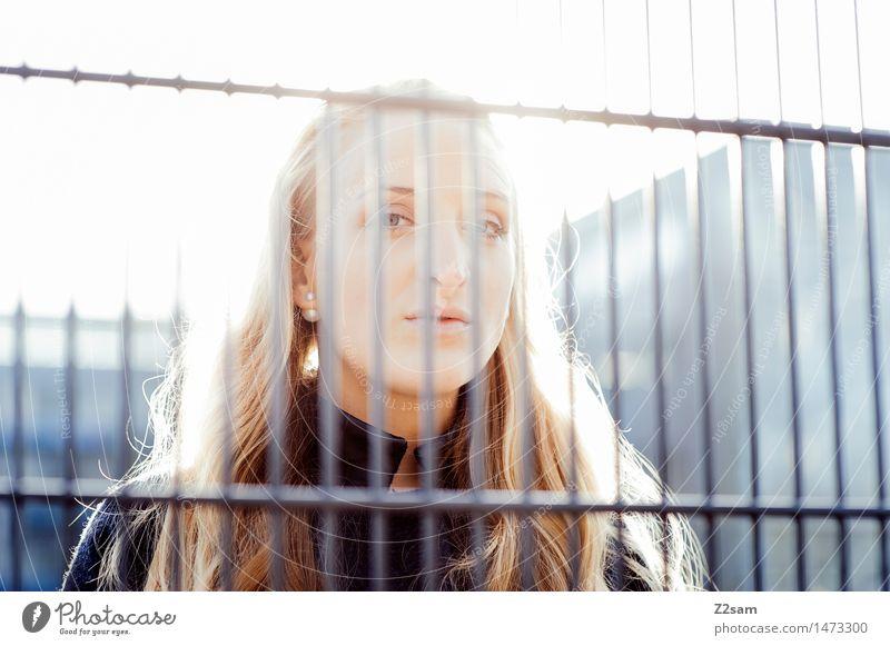 Durchblick Lifestyle Stil feminin Junge Frau Jugendliche 18-30 Jahre Erwachsene Sonnenlicht Winter Schönes Wetter Stadt Mode Mantel blond langhaarig Blick