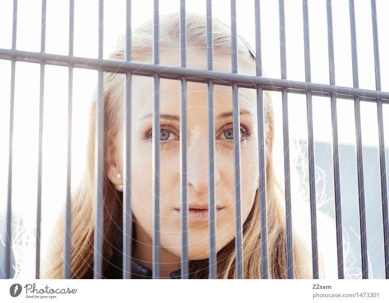 Durchblick Lifestyle elegant Stil schön feminin Junge Frau Jugendliche 18-30 Jahre Erwachsene Winter Schönes Wetter Stadt Piercing blond langhaarig Blick