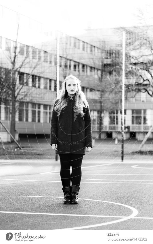 Steht ein Fräulein.... Lifestyle elegant Stil feminin Junge Frau Jugendliche 18-30 Jahre Erwachsene Winter Schönes Wetter Sträucher Stadt Haus Sportplatz Mode