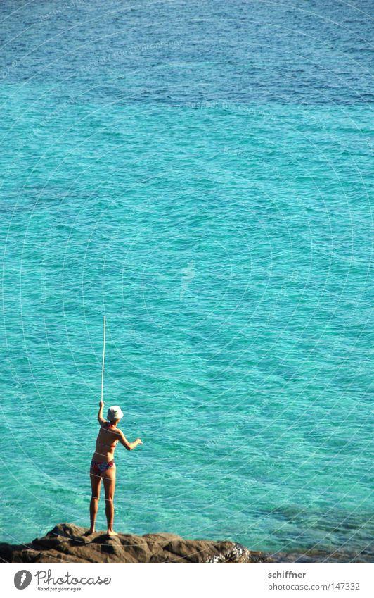 Den Sommer fangen Sardinien Frau Fräulein Angeln blau türkis azurblau Meer Klarheit Angelrute Bikini Hut Angelgerät Angler werfen einfangen