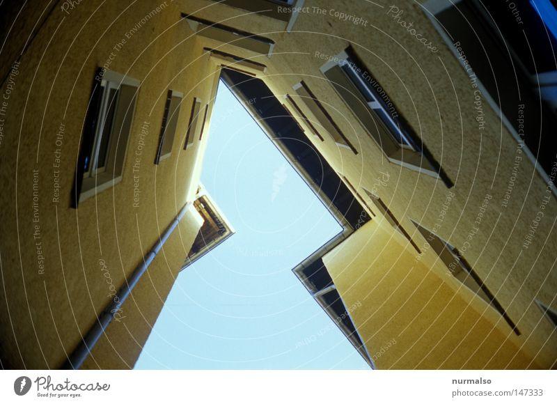 Eckzorzist VX ,oder das versteckte Rrrr Himmel blau Stadt Haus gelb Fenster Architektur Berlin Wohnung Fassade dreckig Treppe Schriftzeichen Dach Ecke