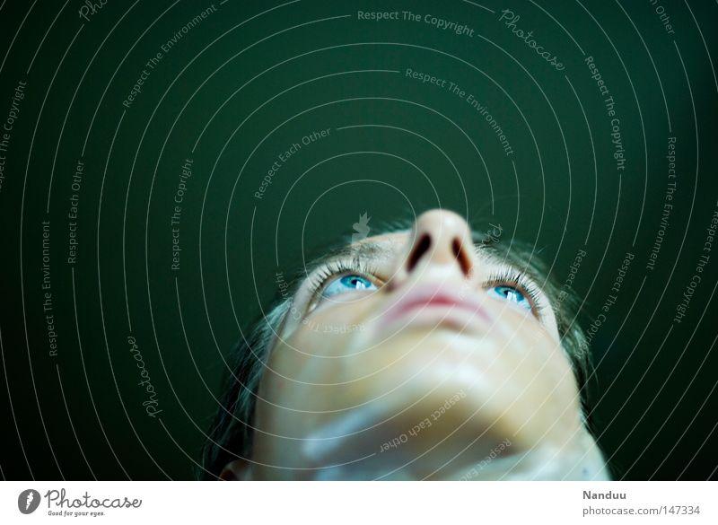 Die Abstrusität der Seltsamkeit Frau Mensch grün blau Gesicht Auge glänzend Vergänglichkeit Konzentration Kunststoff Skulptur falsch seltsam bewegungslos