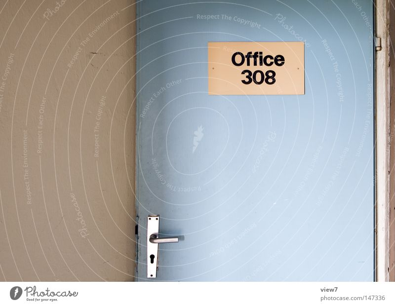 Office. Tür Tor Eingang Ausgang gehen Einsamkeit vergessen alt schäbig herzlos Farben und Lacke Gegenteil Kontrast gestalten Holz Ruine Demontage Militärgebäude