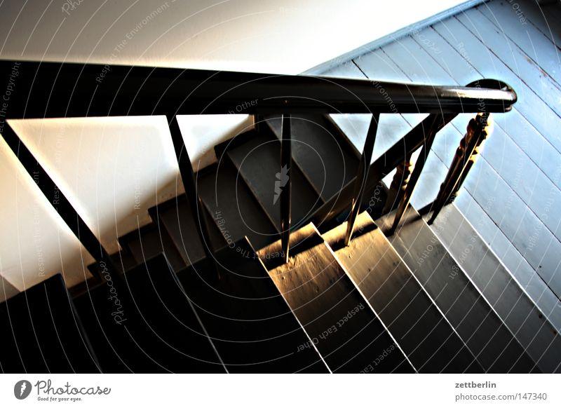 Treppe unten abwärts Abstieg Karriere Lebenslauf Text Treppenabsatz Geländer Treppengeländer Treppenhaus Bodenbelag Dachboden Detailaufnahme Häusliches Leben