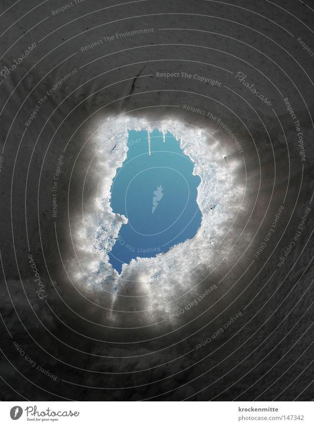 Schmelzpunkt Eis blau kalt Winter gefroren Eiszapfen Eiskristall Loch Aussicht schmelzen frieren Schnee Eishaus Himmel tauen heizen entfrosten von Eis befreien