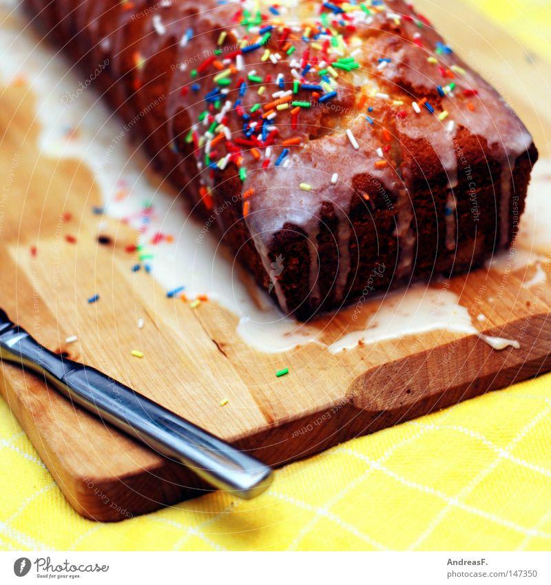 Kuchen backen Küche Messer Tafelmesser Holzbrett Schneidebrett überzogen Kuvertüre Zucker Streusel süß Zuckerguß Geburtstag Geburtstagstorte Überraschung