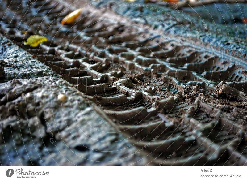 Der Weg ist das Ziel* ** Nr.100 Blatt Straße Herbst Wege & Pfade grau braun Erde dreckig Spuren Fußweg Reifenprofil Schlamm Reifenspuren steinig Abdruck