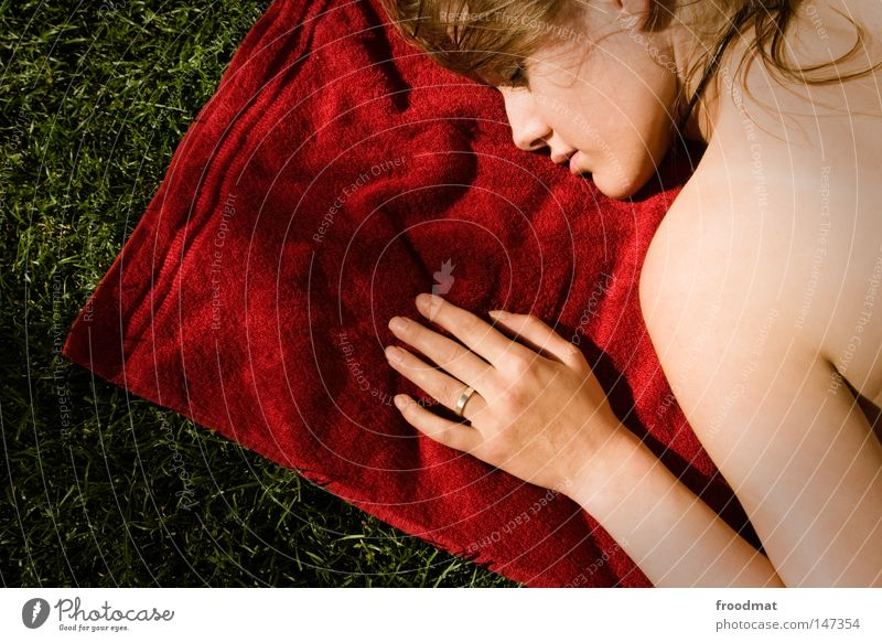 Rot ist... Verlobung Hand schön Frau süß Handtuch Wiese Erholung schlafen Sommer Sonnenbad Lippen verführerisch Gefühle sensibel zerbrechlich zart Rücken