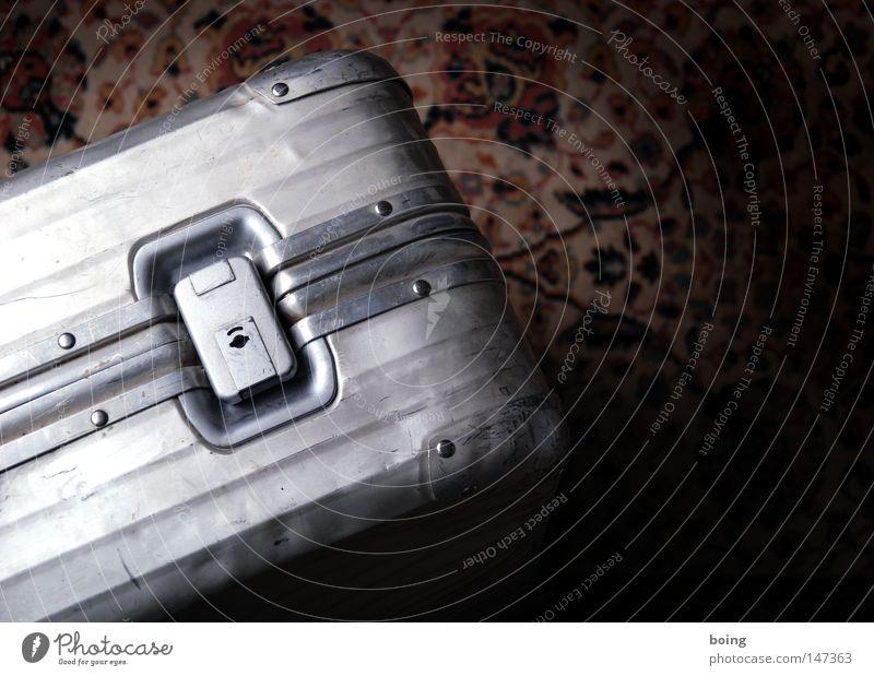 komprimierte Kleidung Koffer Tasche Ferien & Urlaub & Reisen Reisefotografie Hotel Schloss Schnalle Aluminium Gepäck Kurier Tourismus verbeult kaputt Flughafen