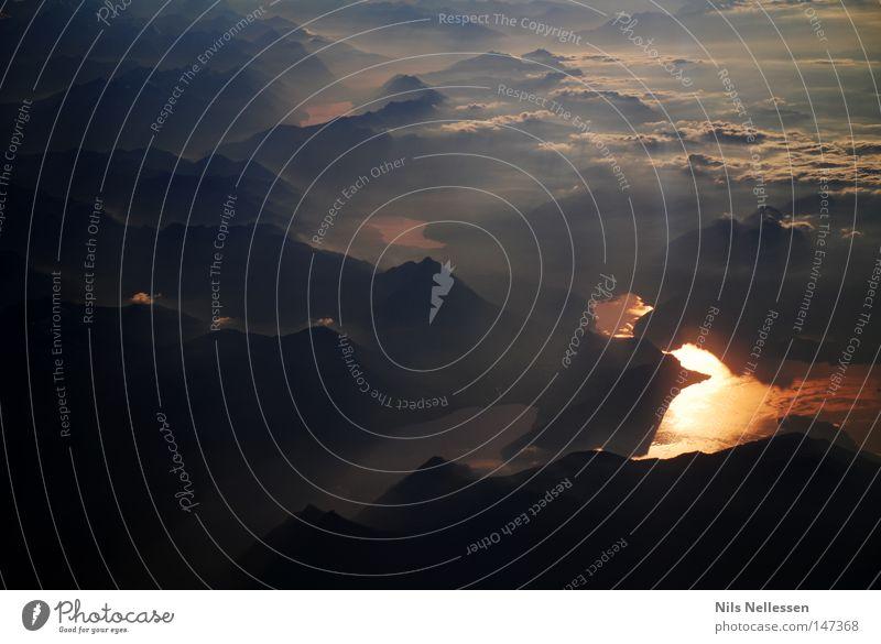 Über den Alpen Flugzeug Wolken Höhe See Fluss rot Abendsonne Nebel grau dunkel Berge u. Gebirge Panorama (Aussicht) Sonnenstrahlen Wolkenband Wolkenfetzen