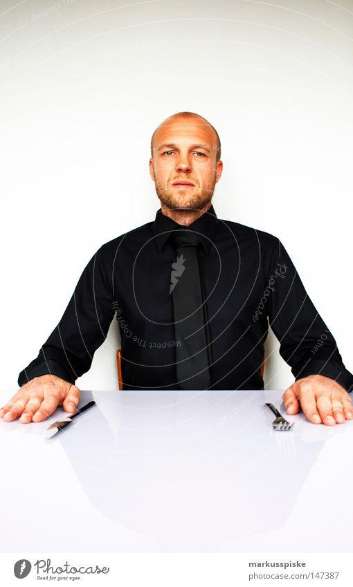 l(a)unch time Mensch Mann weiß schwarz Ernährung Arbeit & Erwerbstätigkeit sitzen maskulin T-Shirt Gastronomie Hemd Dienstleistungsgewerbe Besteck Markt Handel